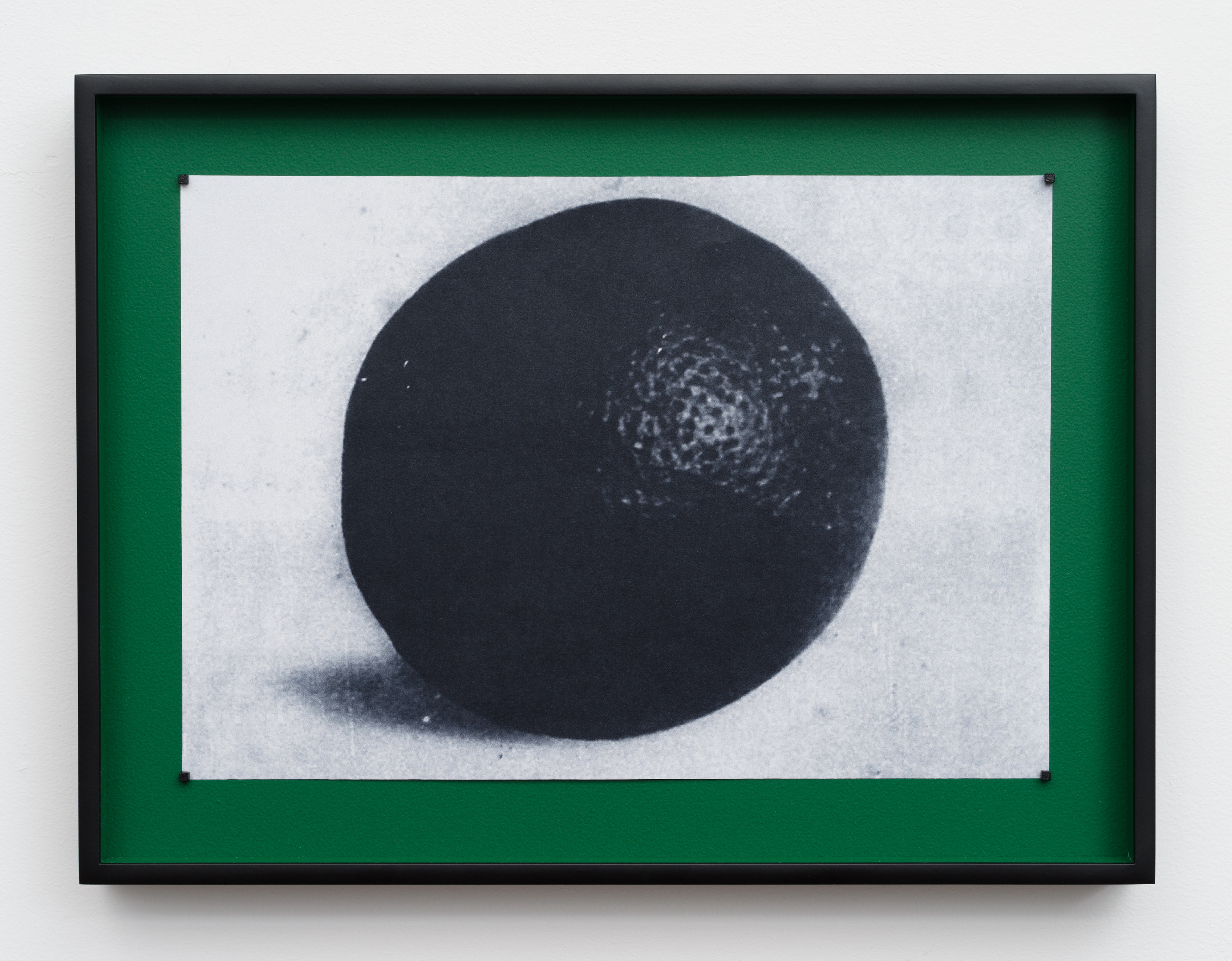 Gideon Barnett, Picture of an orange on blue cloth, 2017